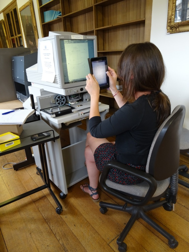 Making photo's of the microfilms from the screen